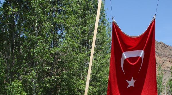 Yol Kenarındaki Bahçede Bayrak Ve Atatürk Posteri
