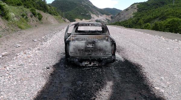 Yol Kesen Teröristler Karakola Erzak Taşıdığı İddiasiyla Aracı Yaktı