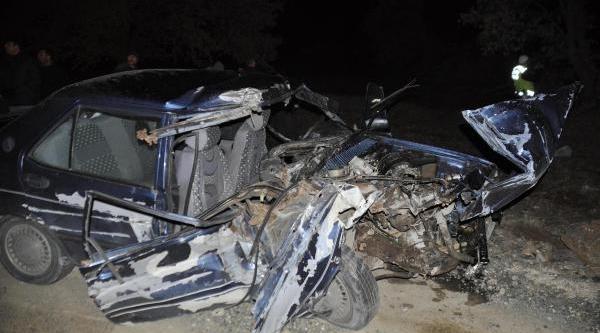 Yola Kontrolsüz Çikan Kamyona Otomobil Çarpti: 2 Ölü, 2 Yarali
