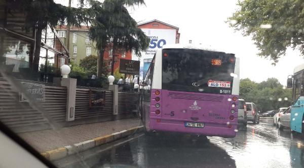Yolcu Dolu Otobüs Taksiye Çarpmamak İçin Kaldırıma Çikti