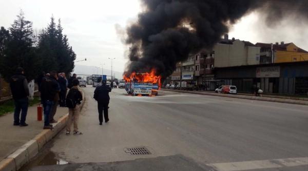 Yolcu Midibüsü Cadde Ortasında Alev Alev Yandı