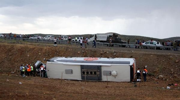 Yolcu Otobüsü Çarptiği Otomobille Şarampole Yuvarlandı: 33 Yaralı