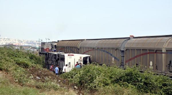 Yolcu Otobüsü Demiryoluna Uçtu: 26 Yaralı