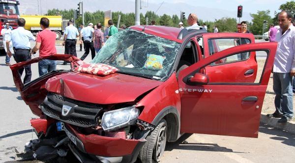 Yolcu Otobüsü İle Otomobil Çarpişti: 1 Ölü, 2 Yaralı