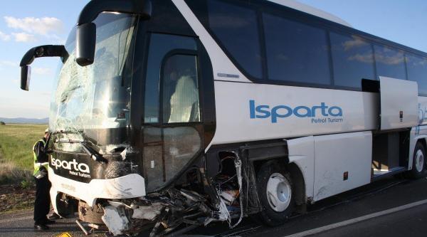 Yolcu Otobüsü İle Otomobil Çarpişti: 1 Ölü, 4 Yaralı
