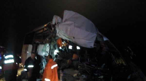 Yolcu Otobüsü, Kamyonla Çarpişti: 1 Ölü, 33 Yaralı