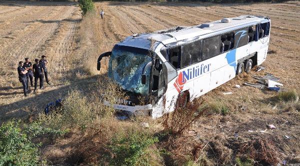 Yolcu Otobüsü Şarampole Yuvarlandı: 42 Yaralı