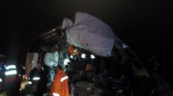 Yolcu Otobüsüyle Kamyon Çarpişti: 20 Yaralı
