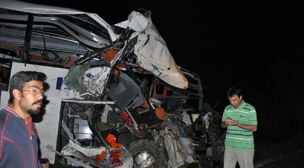 Yolcu Otobüsüyle Kamyon Çarpişti: 20 Yaralı (2)