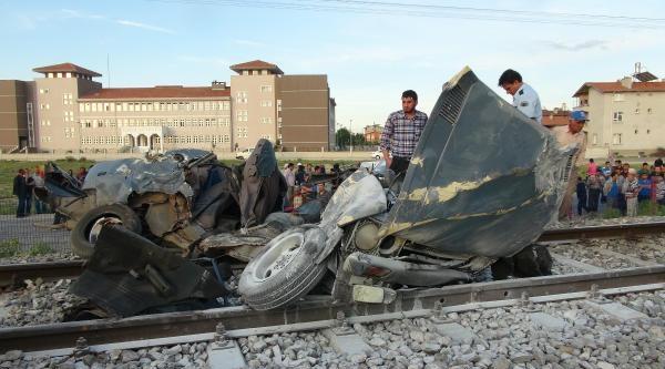 Yolcu Treni Otomobili Biçti: 2 Ölü
