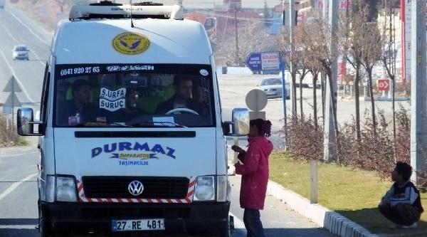 Yolda Dilenen Suriyeli Çocuklar Sürücülere Zor Anlar Yaşatiyor