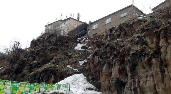 Yolda Yürüyen Kadının Başına Kaya Parçası Düştü