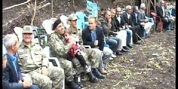 Yüksekova'da Asker Yol Kesip, Düğüne Katildi