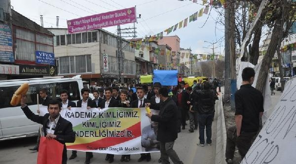 Yüksekova'da Lise Öğrencileri Berkin İçin Yürüdü