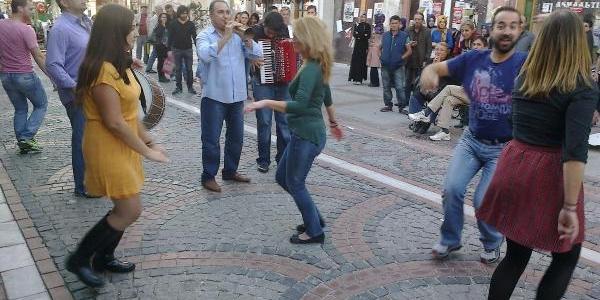 Yunan Turistler Caddede Dans Edip Eğlendi
