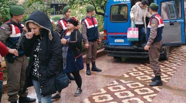 Yunanistan'a Geçmek Isteyen Suriyeliler Jandarmadan Yardim Istedi