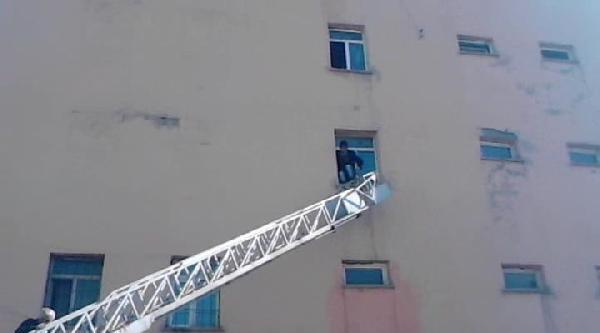 Yurt Binasına Kapatılan 7 Öğrenciyi İtfaiye Kurtardı