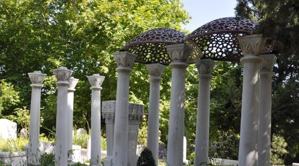 Zeki Müren'in Babasının Mezarındaki Çalinan Bronz Kubbenin Yerine Yenisi Konulacak