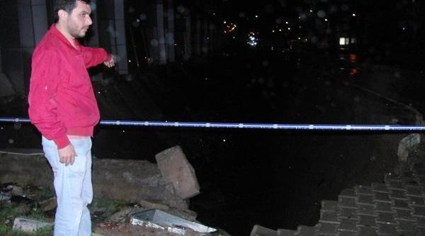 Zemin Alti Otoparki Çöktü, Kaldirimda 50 Metre Uzunluğunda Yarik Oluştu