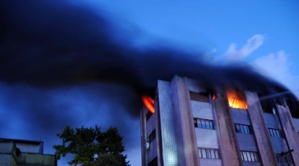 Zeytinburnu'nda Kozmetik Deposunda Yangın